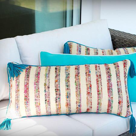 coussin artisanal multicolore avec franges en cuir